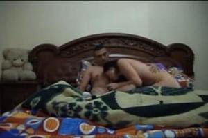 ام عبير مع صاحب جوزها على السرير يخلعها قميص النوم ويقطع كسها لعب ونياكة
