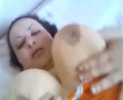 مزة ناعمة وطرية مع حبيبها على السرير واكل كسها المنتوف اكل بلسانه وزبره